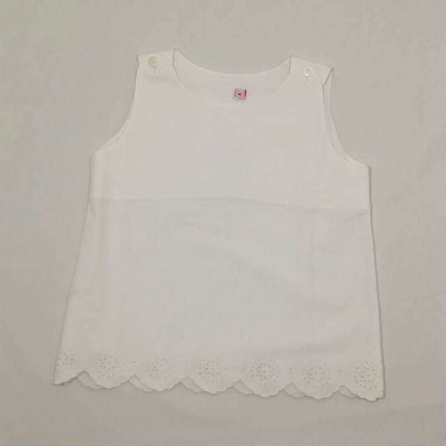 WHITE TOP WITH WHITE EMBROIDERED FLOWERS ON SCALLOPS
