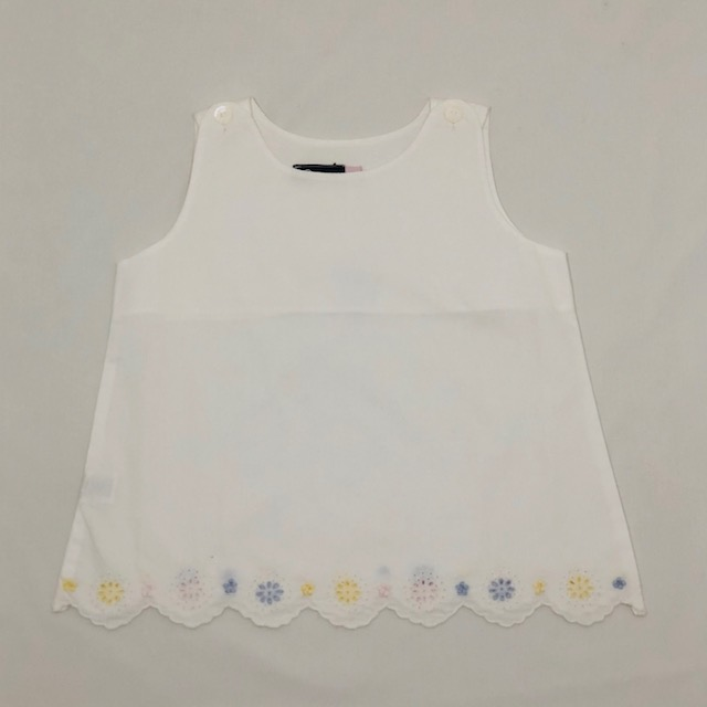 WHITE TOP WITH COLOURED EMBROIDERED FLOWERS ON SCALLOPS